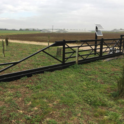 Solar Powered 5-bar Metal Gate, Hull